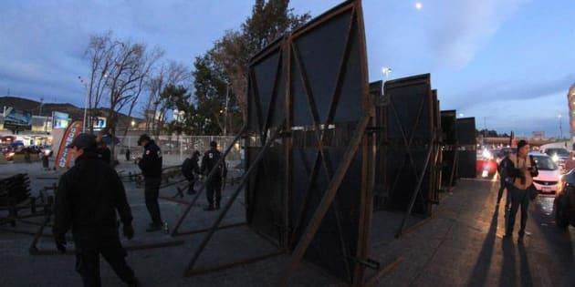 Elementos de la Policía Federal arman barricadas en la ciudad de Tijuana, en el estado de Baja California.