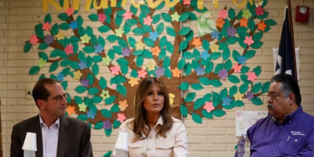 Melania Trump conversa con personal del Departamento de Salud y Servicios Sociales y con los gestores del centro que ha visitado en McAllen (Texas).