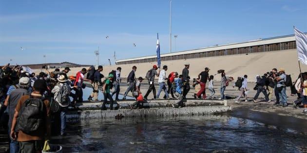 Un grupo de migrantes fue registrado este domingo al tratar de cruzar la garita El Chaparral, en la frontera méxico-estadounidense, en la ciudad de Tijuana (estado de Baja California, México). EFE