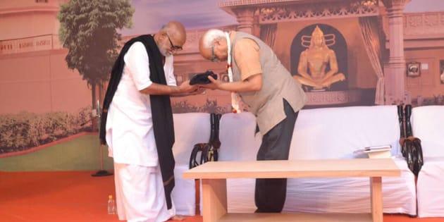 Sudheendra Kulkarni welcomed by Morari Bapu at the Mahuva conference.