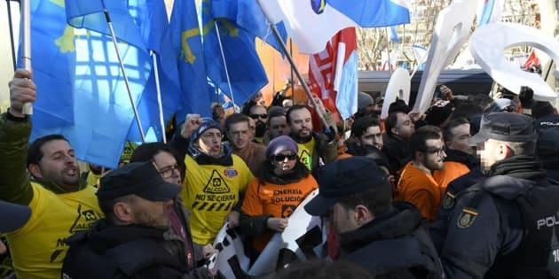 Miembros de la Policía Nacional ante trabajadores de Alcoa de Avilés y A Coruña durante la manifestación que ha tenido lugar hoy ante el Ministerio de Industria como último recurso para solventar su conflicto laboral en una gran concentración en la que se han volcando también los ayuntamientos afectados. EFE