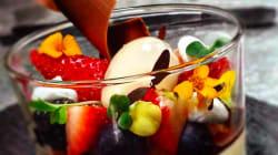Pannacotta de maracuyá, gelatina de lima-fresa, sorbete de manzana y frutas
