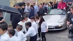 L'accoglienza per il nuovo prete è sfarzosa: sfilata sulla Porsche trainata dai