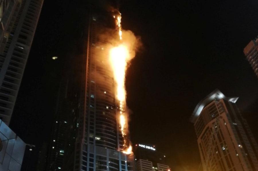 La Torre Antorcha de Dubái, en llamas, la pasada noche.