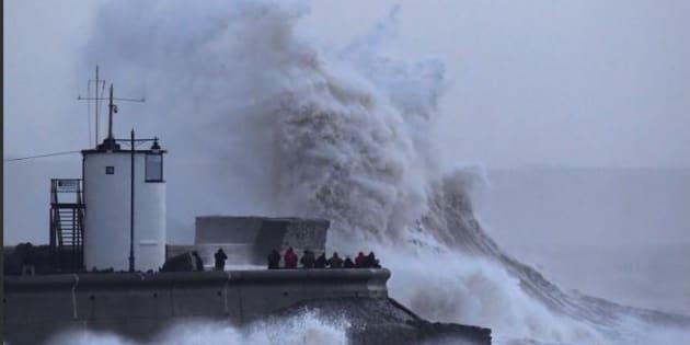 La tempesta Eleanor mette ko il Nord Europa |  cancellati centinaia di voli |  forti disagi