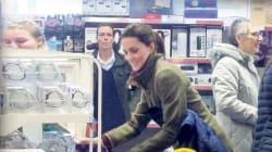 Sorpresa al discount: Kate (con George e Charlotte) per lo shopping di
