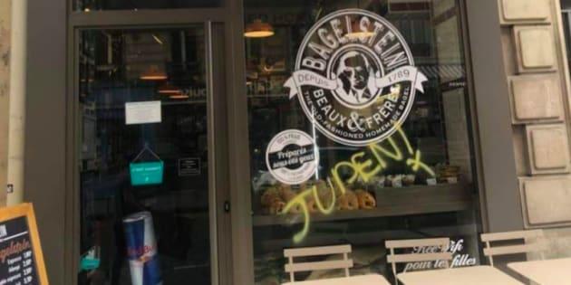 """Photo d'une vitrine d'un restaurant """"Bagelstein"""" vandalisée d'un tag antisémite à Paris."""