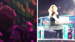 Esta é a avó de Lady Gaga empolgada no show da neta passando na sua timeline