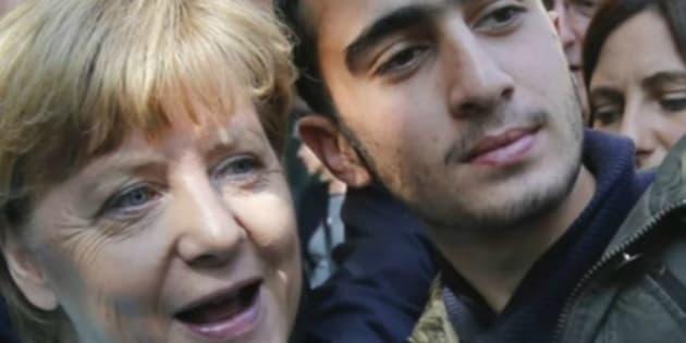 Anas Modamani posant aux côtés d'Angela Merkel en septembre 2015.
