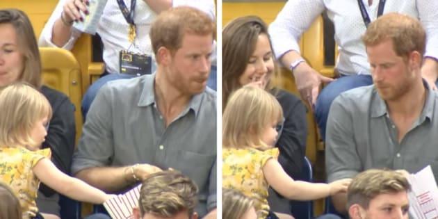 Harry assistia ao jogo se deliciando com sua pipoca quando uma fofa meliante pegou de forma sorrateira diversas pipocassem que o príncipe percebesse.