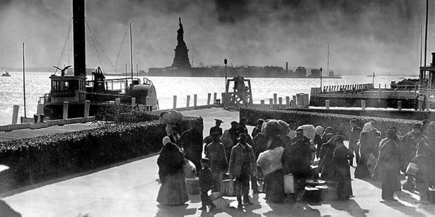 Un poème est gravé sur la Statue de la Liberté. Il a accueilli des dizaines de millions d'immigrants à leur arrivée en Amérique.