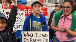 La pancarte de cet enfant a fait mouchedurant la marche anti-armes aux