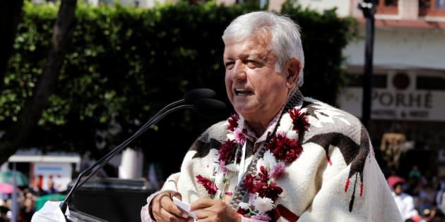 El candidato izquierdista Andrés Manuel López Obrador habla a sus partidarios durante una manifestación de campaña en Uruapan, en el estado de Michoacán.