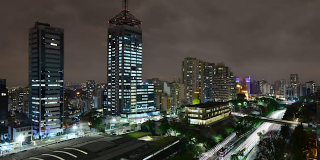 Vista noturna da avenida 23 de Maio, na altura do bairro Paraíso.