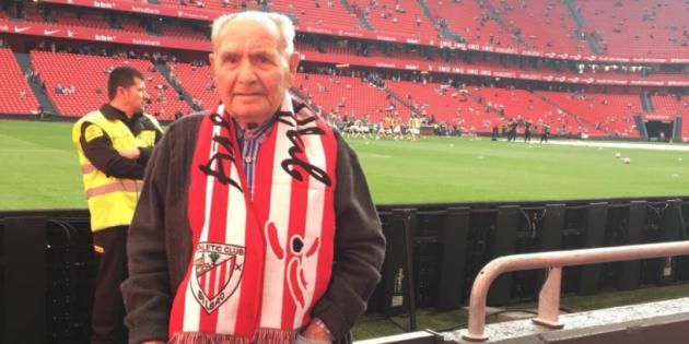 El señor Marcos, abuelo de la tuitera Gema Torres, en el campo del Athletic de Bilbao.
