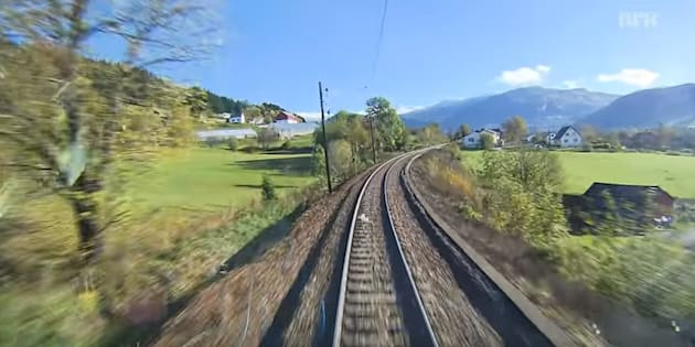 Un exemple de Slow TV: en Norvège, un train traversant divers paysages.