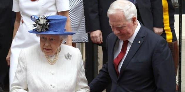 """Le gouverneur général du Canada a fait une entorse au protocole royal en aidant la reine à descendre des marches """"glissantes"""""""