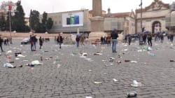 Bottiglie di vetro e lattine a terra nel centro di Roma dopo il passaggio dei tifosi dell'
