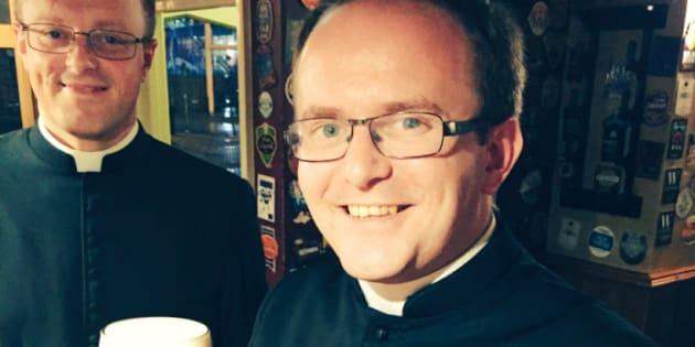 El reverendo Robert James, bebiendo en 'The City Arms', el pub escenario de la polémica.
