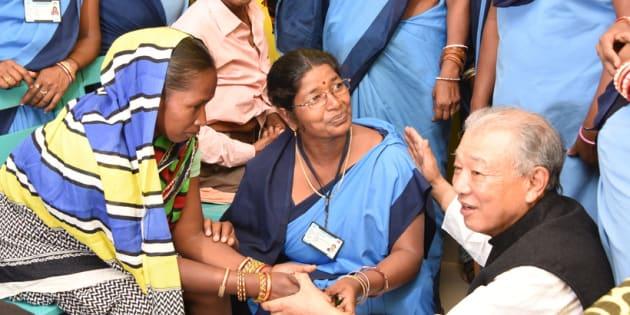 政府から任命されたアシャと呼ばれるヘルスボランティア(中央)と彼女が見つけたハンセン病の患者さんと筆者(右)。