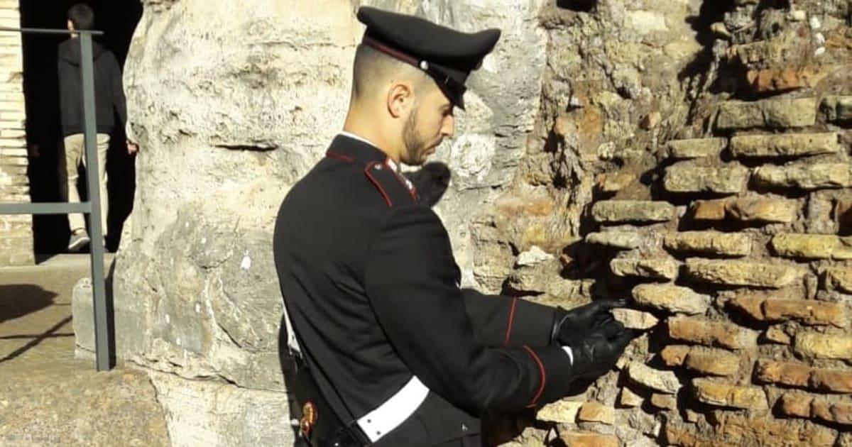 Turista stacca un pezzo di Colosseo e se lo mette in tasca: denunciato
