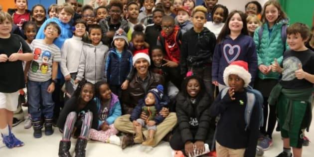 Giacca di pelle e cappello da Babbo Natale: in questo video Obama mostra tutto il suo amore per i bambini