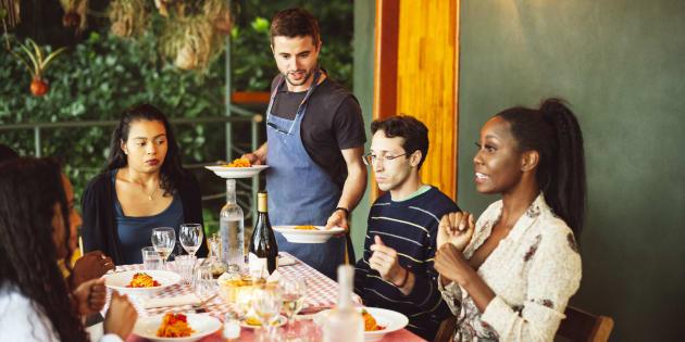 Entre l'adoption et septembre 2018, on a observé une hausse de 5,6% du prix des repas au restaurant, un secteur où près de 70% des travailleurs gagnaient moins de 15$ de l'heure avant l'adoption de la loi.
