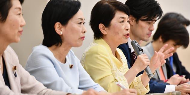 会見する野党議員ら=4月17日、東京・永田町