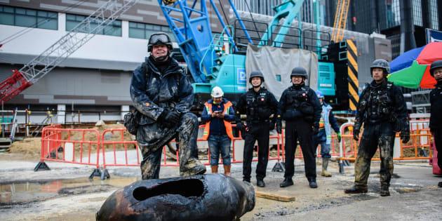 L'expert en bombes Adam Roberts pose devant une bombe américaine -désamorcée- datant de la Seconde Guerre mondiale découverte le 1er février dans le quartier commercial Wan Chai, à Hong Kong.