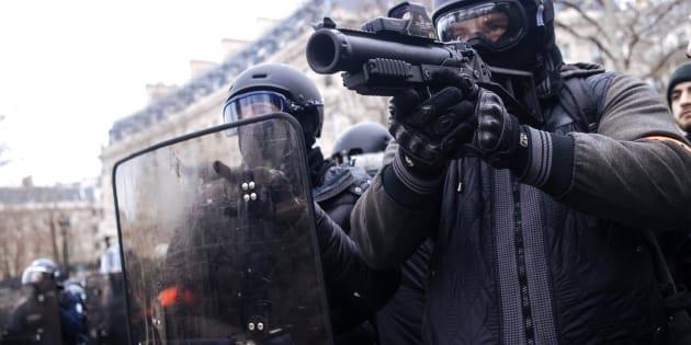 Le Défenseur des droits demande la suspension des LBD