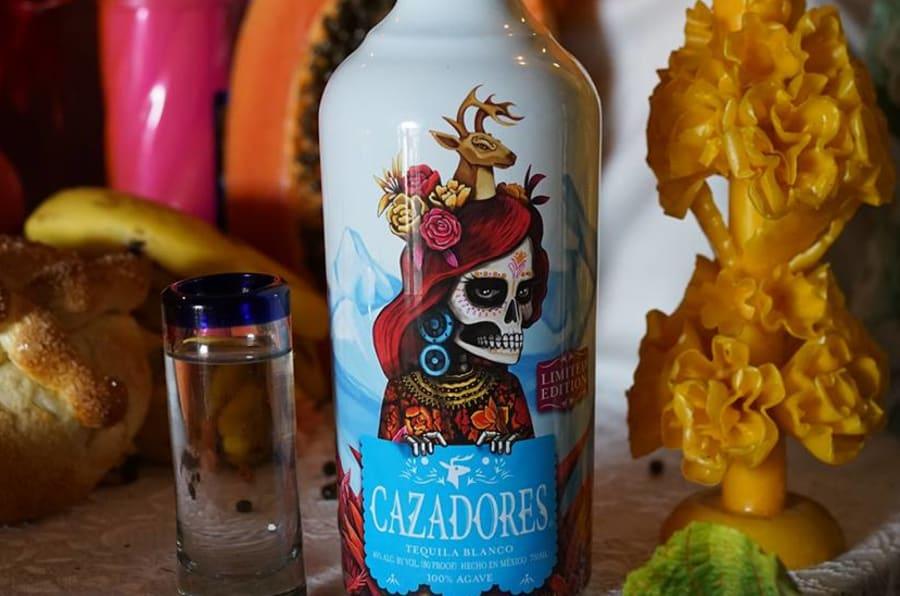 El artista, ilustrador y diseñador mexicano, Edgar 'Saner' Flores, creó una edición especial de la marca de tequila como un homenaje a México y sus orígenes.