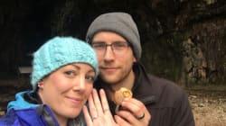 Cette femme a porté sa bague de fiançailles autour du cou pendant un an sans le