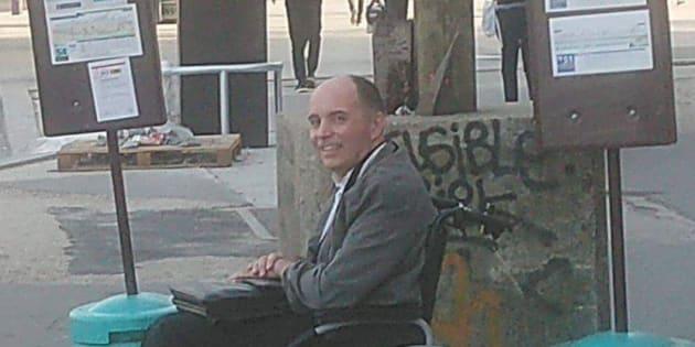 Grâce à un chauffeur RATP, cet homme à mobilité réduite a pu monter dans le bus qui était bondé.