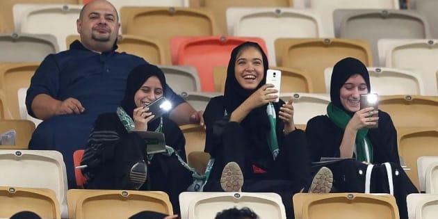 Des Saoudiennes assistent pour la première fois à un match de football.