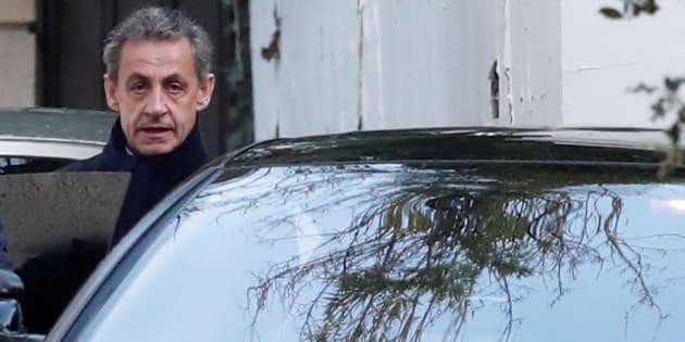 Placé en garde à vue mardi à 8h, Nicolas Sarkozy a pu rentrer dormir chez lui à minuit avant de se représenter devant les enquêteurs ce mercredi matin.