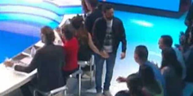 Dans l'émission Touche Pas à Mon Poste du 7 décembre, Cyril Hanouna piège Capucine Anav et pose sa main sur son sexe.
