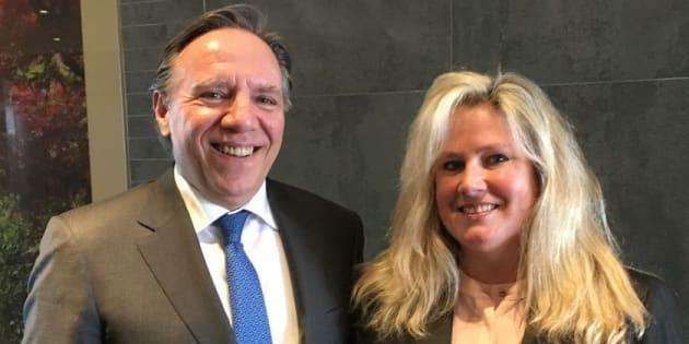 L'ancienne candidate dans Nelligan, Karen Cliffe, aux côtés du chef François Legault.