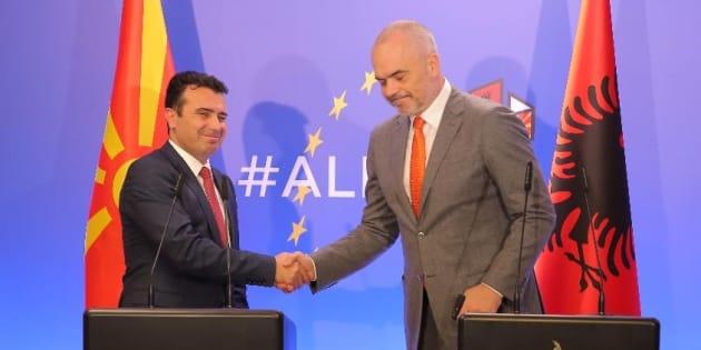 Le premier ministre albanais Edi Rama (à droite) et son homologue macédonien Zoran Zaev lors d'une conférence de presse en Albanie, le 15 décembre 2017