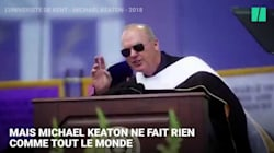 Michael Keaton avait deux mots à dire lors d'une remise de diplôme d'université. Vous devinez