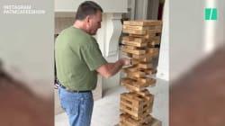 Cet homme joue au jenga géant, méthode Bruce