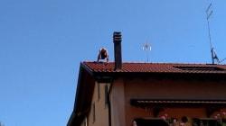 Litiga con due donne che chiamano i carabinieri: poi sale sul tetto e si lancia da 10