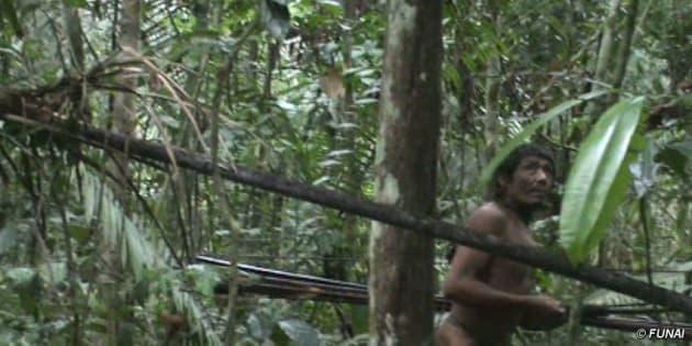 Índio isolado na Amazônia avistado pela Funai em 2011.