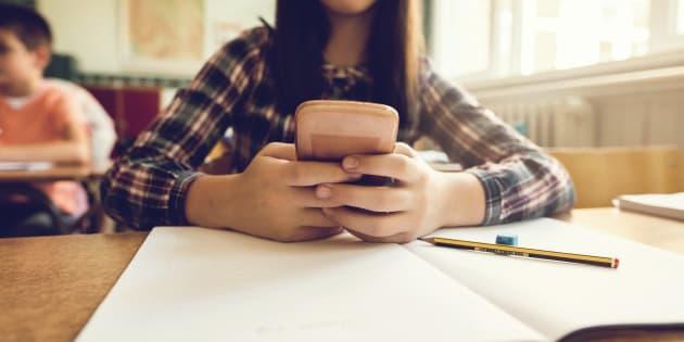 La proposition de loi défendue par le groupe LREM visant à interdire le portable à l'école est examinée ce jeudi à l'Assemblée.