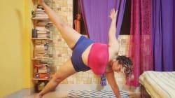 Elle montre que le yoga n'est pas réservé aux personnes