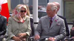 Le fou rire du prince Charles et de Camilla devant une performance traditionnelle