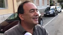 Mimmo Lucano all'ingresso in procura: