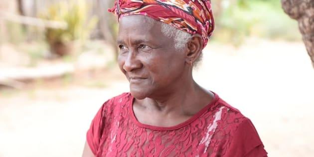 Quebrando coco e vendendo seus derivados, mulheres como Dona Dijé sustentam seus filhos, e garantem a preservação dos babaçuais.