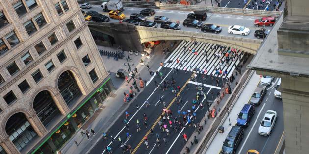 Les coureurs arrivent sur la 42ème rue à Manhattan la veille du Marathon de New York, le 4 novembre.