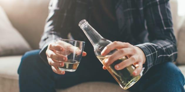 Un joven bebiendo.