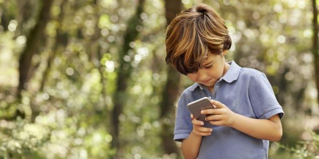 Un niño consulta un teléfono móvil, en una imagen de archivo.